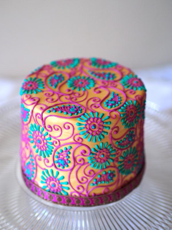 elegir dos colores que vayan bien y completar toda la torta
